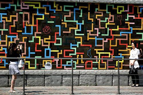 (4)ファッション広場(文化の壁) 地図番号:緑5夜になると華やかにライトアップされます。周辺にはミリオレ東大門やドゥータなどのファッションビルが。