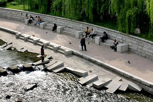 (5) 清渓川洗濯場 地図番号:緑8昔はここで主婦たちが洗濯をしていたと言われています。斜めに削られた洗濯用の石が、当時の様子を物語っています。