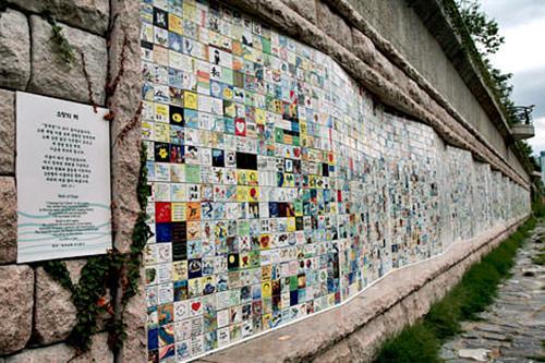 (6)希望の壁 地図番号:赤1ソウル市民を始めとする2万人が自分たちの願いを込めて描いたタイルが飾られています。