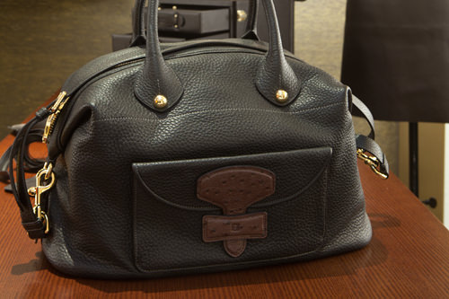 チェ・ジウも愛用する「LOEWE」の メイバッグをキャッチ(3,080,000ウォン)