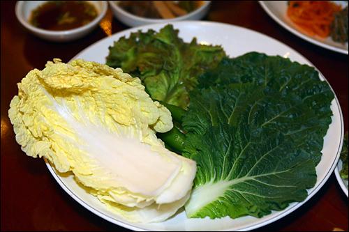 ごはんを包んで食べるサンチュと野菜