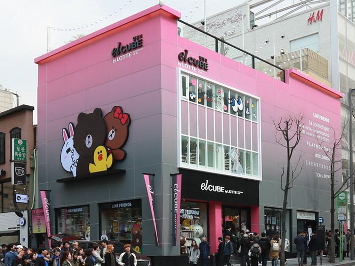 弘大の新しいランドマークになりつつある「elCUBE(エルキューブ)」。レディースファッションとコスメブランドを中心に取り扱い、人気オンラインショップの実店舗やキャラクターショップなどが入店しています。(地図青6)