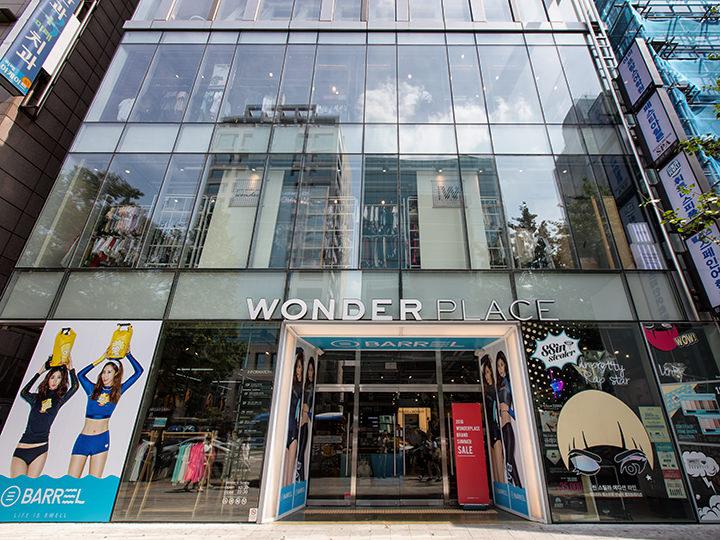 「WONDER PLACE(ワンダープレイス)」は多彩な品揃えが魅力のセレクトショップ。10~20代の若者向けのおしゃれな洋服やファッション雑貨をお手頃価格で入手できます。(地図青7)