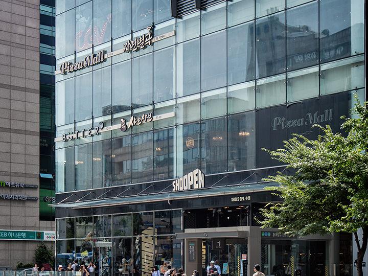 生活用品・ファンシー雑貨店の「BUTTER(バター)」と、多彩な品揃えと価格の安さを誇るシューズブランド「SHOOPEN(シューペン)」が地下1階と2階に入店!(地図青8)