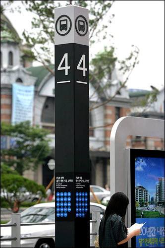停留所番号・停車するバス番号が表記されたポール