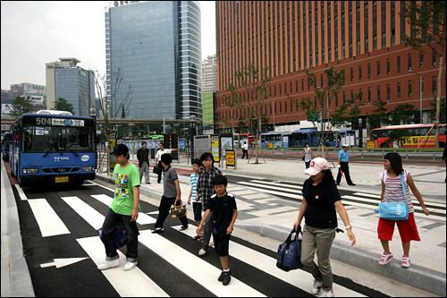 各停留所の間には信号なしの横断歩道も。注意して渡ろう