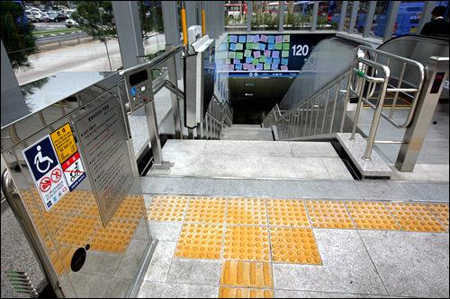 連結口には車いす用の階段昇降機を設置