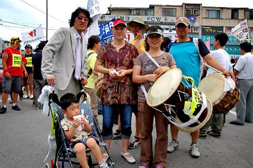 日曜のデモに参加する家族連れ