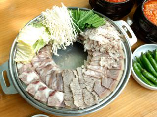「牛スジ鍋」は、ソルロンタンの煮汁ですき焼き風に煮ながら食べます