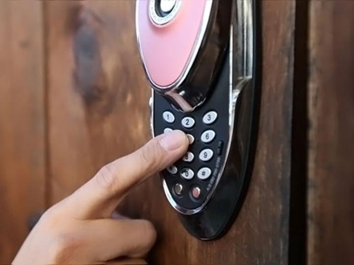 韓国の一般的なオートロック電子錠(カバーがある場合は、カバーを開けて暗証番号を入力後にカバーを戻します)
