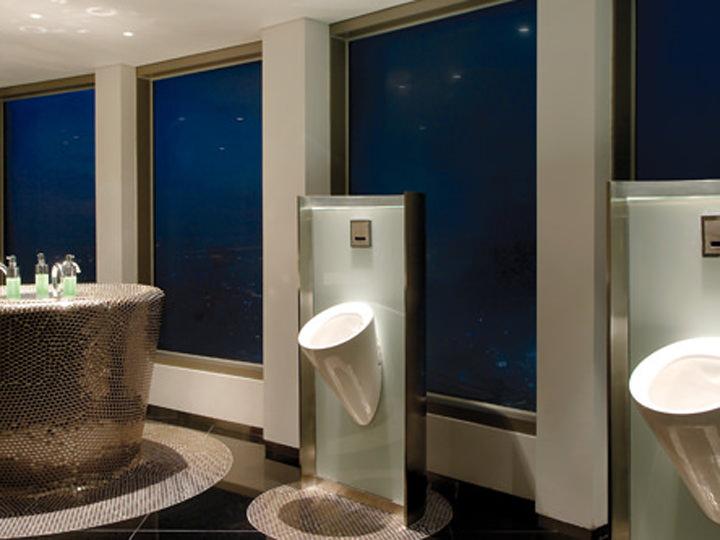 開放感のある大きな窓からソウルの街並が望める「Nソウルタワー」の男性トイレ