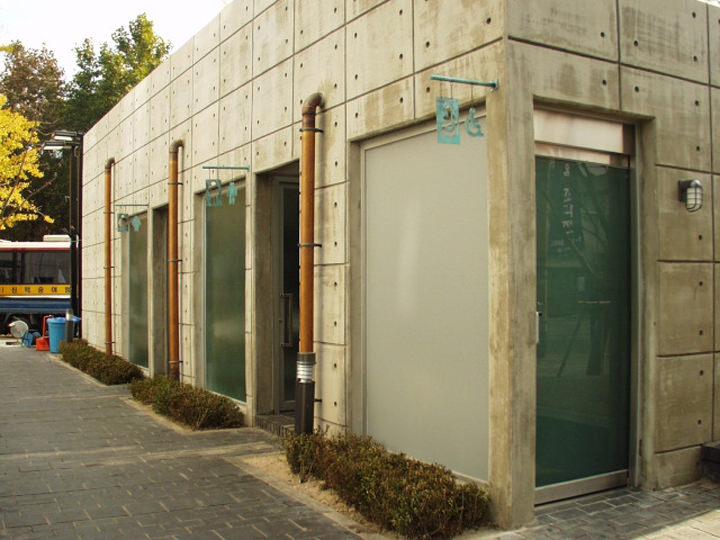 60年代から公衆トイレが作られ始め、70年代に汲取式から水洗式へと発展