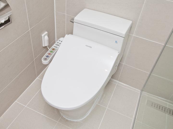 80年代には、子供用や男性用トイレの自動水洗バルブなどが設置され、洋便器も使用するように
