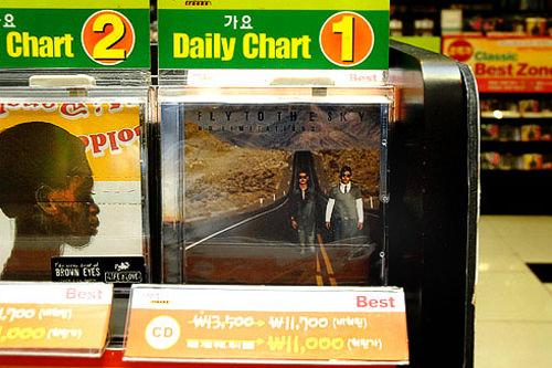 CDチャート1位はフライ・トゥ・ザ・スカイの「No Limitations」