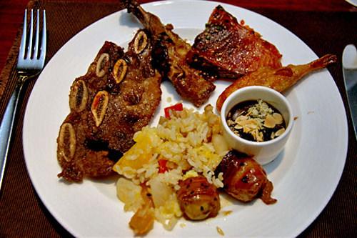 西洋料理コーナーの肉料理と、中華の組み合わせ。「LAカルビ」が美味でした。