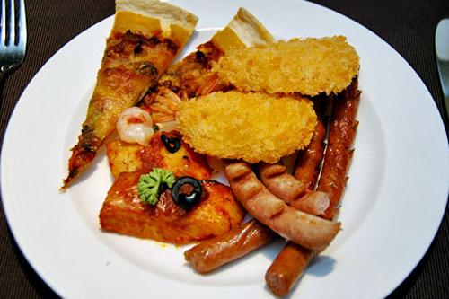 西洋料理コーナーから、エビフライやソーセージ、ピザなどをセレクト。