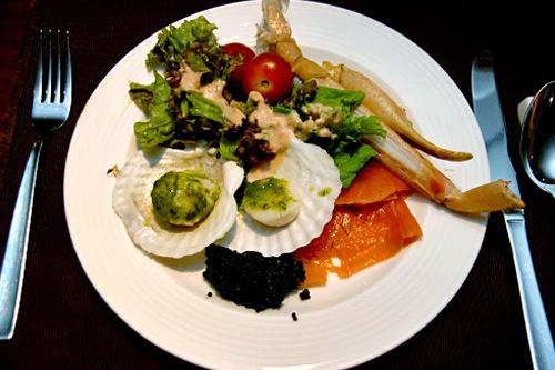 キャビアをサーモンの刺身で包んで食べると最高。ホタテの貝柱もエスカルゴバターが効いていて美味。