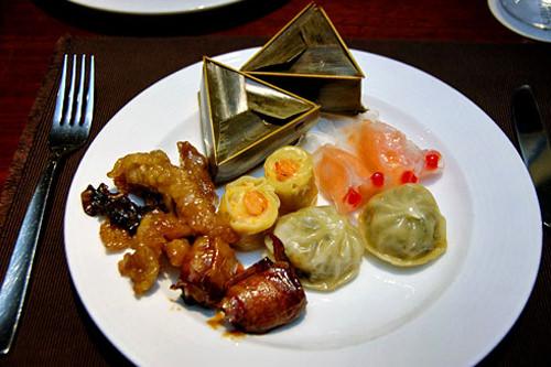 中華料理コーナーからとってきた金魚の形などをした色々なシュウマイ。ちまきも本格派の味。