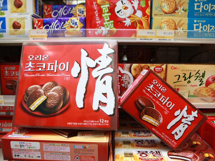 チョコパイハーフサイズお菓子(右)はお土産としても使えます
