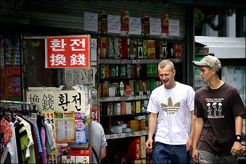「換銭(ファンジョン、hwan-jeon)」とあるので、もうお分かりですよね?街中の両替屋のマークです