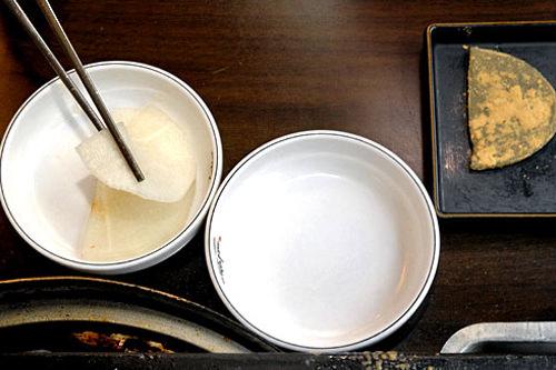 大根の水キムチ(注・白餅ではない)を一枚皿にとる。