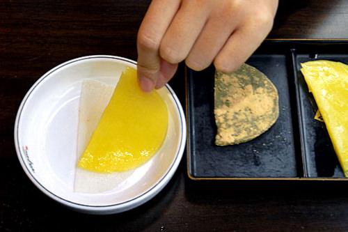 水キムチの上に餅をとって重ねる。