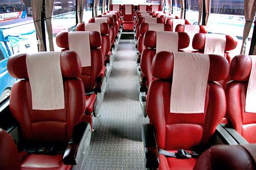 優等バス内部は広々としたシートが3列
