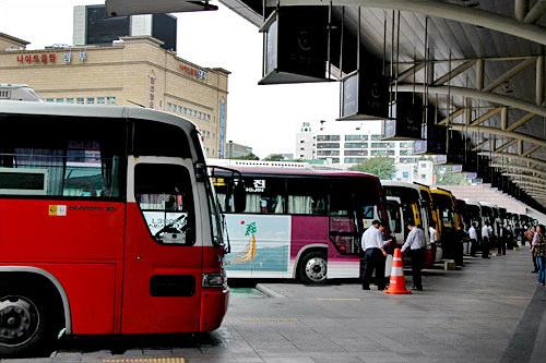乗り場には一列にバスが並び、出発を待っている