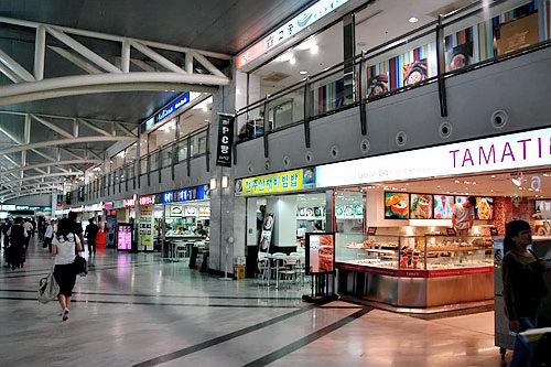 ターミナル内には飲食店も多く、待合室もある