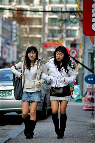 女の子同士が腕を組んだり、手をつないだり・・・韓国では当然!