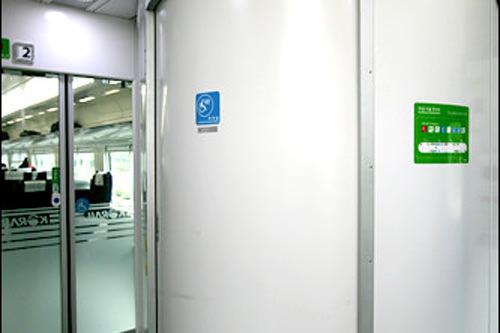 車椅子席の真横に車椅子用トイレが