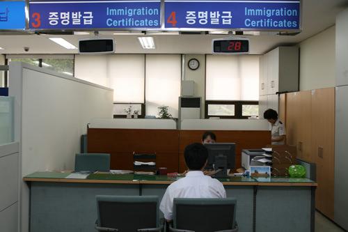 証明発給室出入国に関する事実証明書や外国人登録事実証明書、居所申告事実証明書などは証明発給室で発行できます。