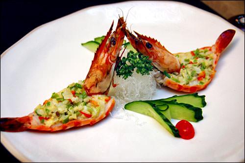 エビ料理か魚料理を選択でき、エビ料理は現代風アレンジ料理。野菜の付け合わせが大きなエビの腹に乗っていて、繊細な味が楽しめます