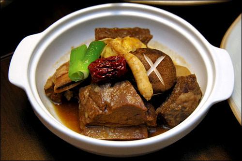 カルビチム(牛カルビの蒸し煮)。カルビ肉を野菜や高麗人参とともにコトコト煮込んだ優しい味の料理です