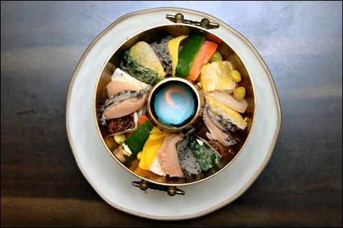 宮中神仙炉(クンジュンシンソルロ)は「宮廷女官チャングムの誓い」で有名になった鍋料理。野菜や魚介類、肉をきれいに並べスープで煮込んだ料理です