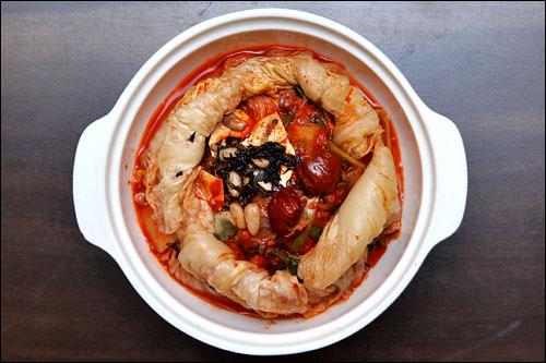 ポッサムキムチ。キムチの中にナツメや豆腐、野菜類が入っている甘いキムチです