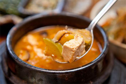 豆腐や韓国カボチャがごろごろと入ったチゲ