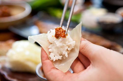 茹でキャベツでご飯を包む韓国スタイル