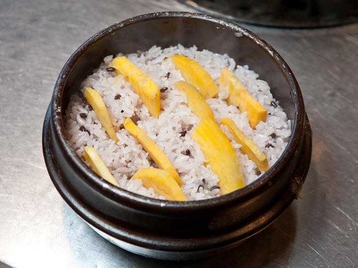 さつま芋入り石焼ごはん(コグマ トゥッペギパッ) 4,000ウォン
