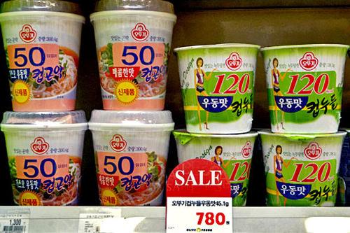 カップこんにゃく 1,300ウォンカップうどん 780ウォン