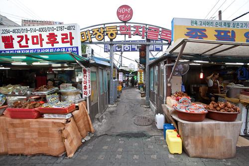 5. 市場を通り抜けると左側に「馬場洞焼肉横丁」があります。