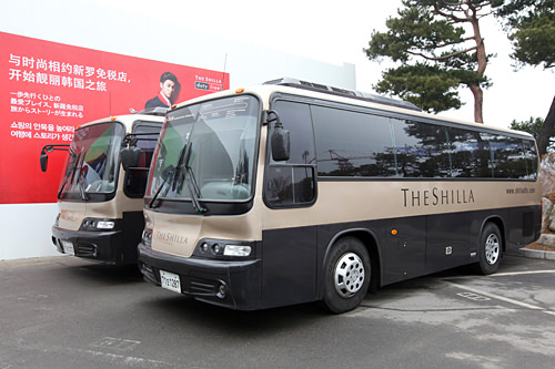 館内シャトルバスはエントランス前にて乗車