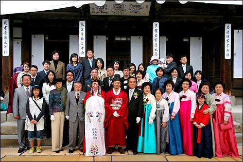 結婚式に親族たちは韓服を着て参加