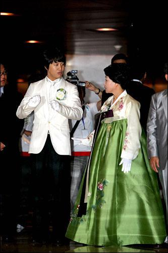 結婚式で韓服を着た新郎の母親