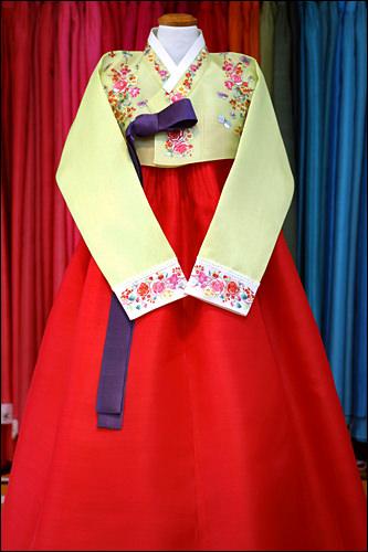 若い女性の晴れ着である緑と赤の「緑衣紅裳(ノギホンサン)」は、花嫁衣装の基本(500,000ウォン)