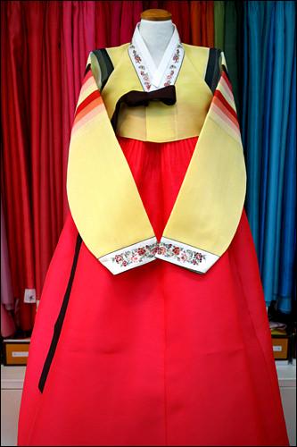 セットン(虹色)模様の韓服は、子どもや若い女性用(400,000ウォン)