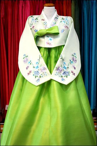 洗練された雰囲気を演出する鮮やかな緑色(500,000ウォン)