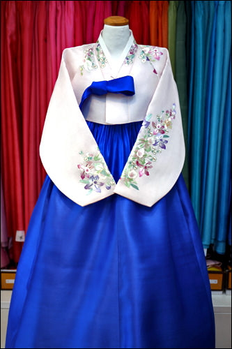 目が覚めるようなブルーのチマ(スカート)がキリリとした印象(500,000ウォン)