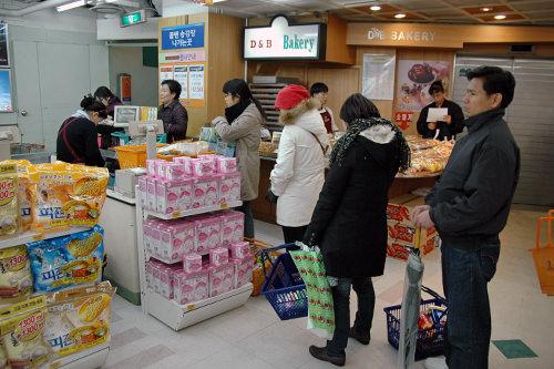 レジに並ぶ風景は日本のスーパーと同じ。