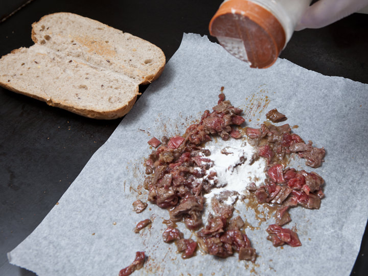 牛肉の焼ける良い匂いと肉汁がたまらない!パンも両面焼きこんがりと仕上げます